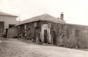חדר-האוכל-והמטבח-הישנים-וחדר-האוכל-החדש-ברקע-1950